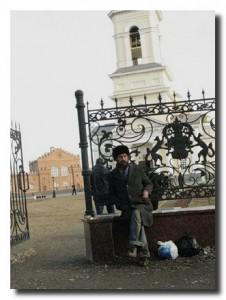 алкаши у собора в Невьянске