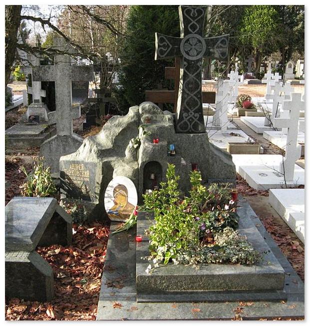 Могила Андрея Тарковского и его жены Ларисы. На русском кладбище в Париже