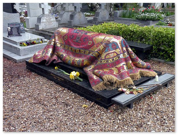 Могила Нуриева с памятником в виде восточного ковра. Русское кладбище в Париже