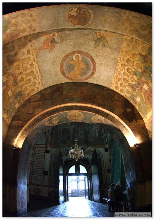 Роспись страшного суда и вход в собор